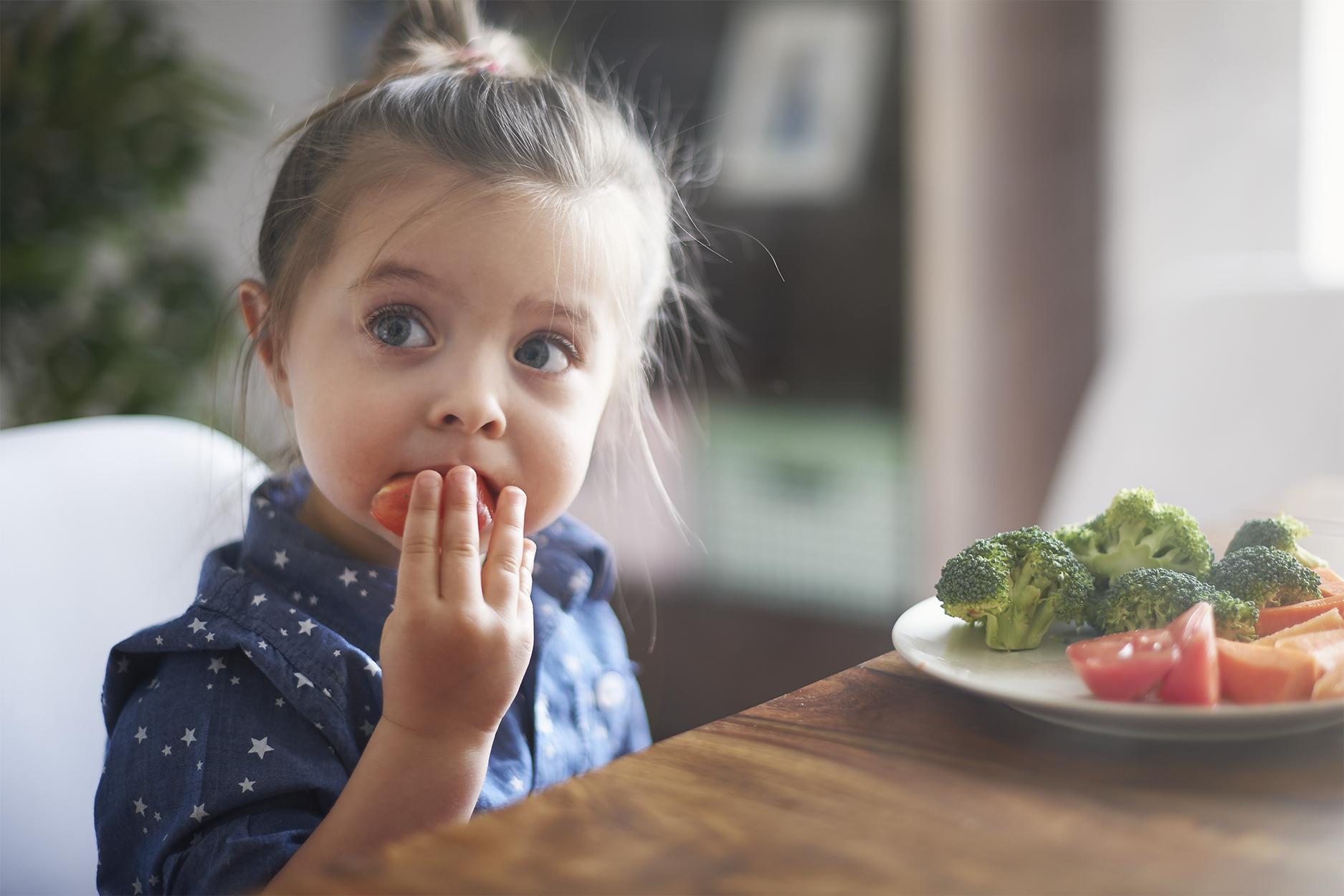 masticare lentamente, come un bambino